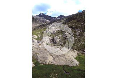 Roccia montonata. Val Seriana. Lombardia. Italia