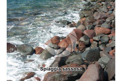 Spiaggia sassosa. Lingua. Salina. Isole Eolie. Sicilia. Italia